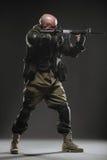 Ametralladora del control del hombre del soldado en un fondo oscuro Fotografía de archivo