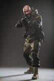 Ametralladora del control del hombre del soldado en un fondo oscuro Imagen de archivo