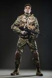 Ametralladora del control del hombre del soldado en un fondo oscuro Fotografía de archivo libre de regalías
