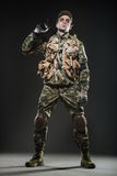Ametralladora del control del hombre del soldado en un fondo oscuro Imágenes de archivo libres de regalías