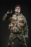 Ametralladora del control del hombre del soldado en un fondo oscuro Imagen de archivo libre de regalías