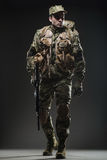 Ametralladora del control del hombre del soldado en un fondo oscuro Fotos de archivo