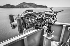 Ametralladora vieja en el lado del buque de guerra Foto de archivo