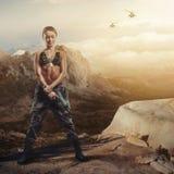 Ameutez-vous la fille sur un rebord rocheux avec une arme à feu Photographie stock libre de droits