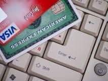 Amex和签证在键盘的信用卡 库存图片