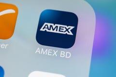 Amex在苹果计算机iPhone x智能手机屏幕特写镜头的应用象 Amex app象 Amex是网上电子财务付款 库存图片