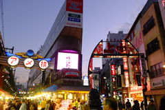 Ameyoko en trottoar i Tokyo fotografering för bildbyråer