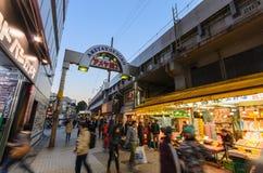 Ameyoko het Winkelen Straat in Tokyo Stock Foto