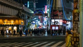 Ameyoko lub Ameyayokocho rynek blisko Ueno stacji Ważna zakupy ulica w Tokio Japoński tekst reklamuje rynku imię i zdjęcie royalty free