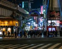 Ameyoko lub Ameyayokocho rynek blisko Ueno stacji Ważna zakupy ulica w Tokio Japoński tekst reklamuje rynku imię i fotografia stock