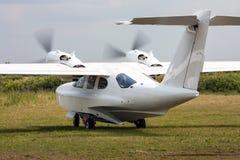 Amfibievliegtuig die bij het grasgebied taxi?en Royalty-vrije Stock Afbeelding