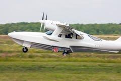 Amfibievliegtuig die op het grasgebied landen Stock Afbeeldingen