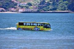Amfibievoertuig in de Rivier Tagus Lissabon, Portugal royalty-vrije stock afbeelding