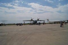 Amfibische vliegtuigen op het tarmac stock foto's