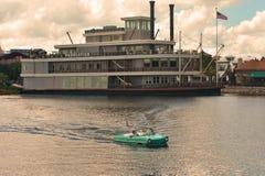 Amfibisk bilritt på bakgrund för restaurangskepp och för molnig himmel på sjön Buena Vista fotografering för bildbyråer