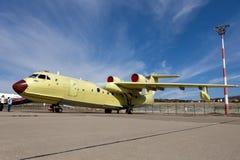 Amfibiskt flygplan som kan användas till mycket för ryss Be-200 på en utställning Royaltyfri Foto