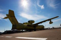 Amfibiskt flygplan som kan användas till mycket för ryss Be-200 på en utställning Royaltyfri Fotografi