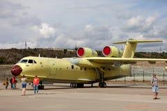 Amfibiskt flygplan som kan användas till mycket för ryss Be-200 på en utställning Arkivfoton