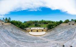 Amfiteater i den forntida byn Alt de Chavon - kolonial stad som rekonstrueras i Casa de Campo, La Romana, dominikan arkivbilder