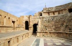 Amfiteater i den Jerash (Gerasa av forntid), huvud och störst staden av den Jerash governoraten, Jordanien Royaltyfri Foto