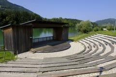 Amfiteater på flodbanken i Lavamunden Österrike carinthia arkivfoto