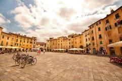 Amfiteaterfyrkant i Lucca, Italien fotografering för bildbyråer