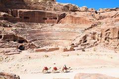 Amfiteatern klippte in i rocken i Petra, Jorda Arkivbild