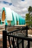 Amfitheater en bewolkte blauwe hemel stock foto