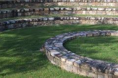 Amfitheater met grasrijk gazon Stock Afbeeldingen