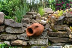 Amfora in de tuin Royalty-vrije Stock Foto's