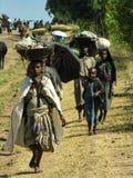 Amhara, Etiópia, o 9 de dezembro de 2006: Camponeses que vão ao mercado fotografia de stock