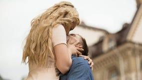 Ami élevant son amie et l'embrassant, relations passionnées Photo stock