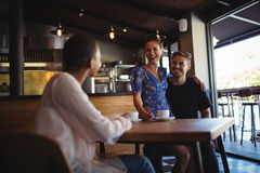 Ami agissant l'un sur l'autre avec les couples heureux tout en ayant le café Photo libre de droits