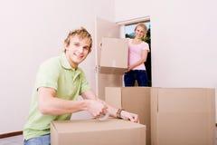 Ami aidant l'amie à déménager dedans Photo libre de droits