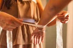 Ami aidant la jeune mariée étant prête pour épouser pendant le matin Image stock