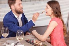 Ami alimentant son amie en café Photographie stock