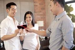 Ami asiatique de famille avec du vin Photo stock