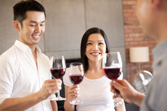 Ami asiatique de famille restant avec du vin Images libres de droits