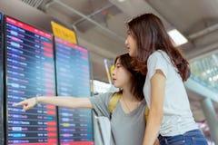 Ami asiatique regardant ensemble le conseil de l'information Image stock