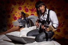 Ami avec la guitare électrique Photos libres de droits