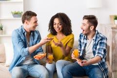 Ami avec plaisir ayant un repas Images libres de droits