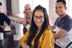 Ami ayant l'amusement ensemble dans un café Image libre de droits