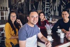 Ami ayant l'amusement ensemble dans un café Images libres de droits