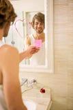 Ami découvrant un message d'amour sur le miroir Photo libre de droits