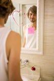 Ami découvrant un message d'amour sur le miroir Photo stock