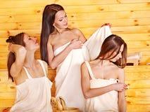 Ami détendant dans le sauna. Image stock