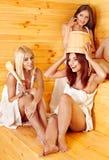 Ami détendant dans le sauna. Images stock