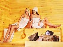 Ami détendant dans le sauna Photos stock
