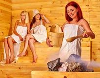 Ami détendant dans le sauna Photographie stock