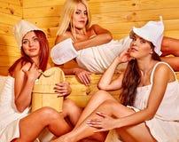 Ami détendant dans le sauna Photo stock
